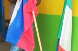 GRAZZIE RUSSIA: Италијан склонио заставу ЕУ, на њено место поставио руску!