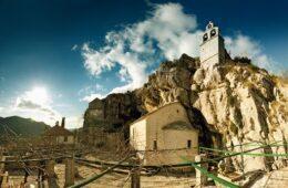 ПРИЈАВА ПРОТИВ ИГУМАНА ВАСИЛИЈА? Упркос забрани окупљања у манастиру Завала окупило се око 120 вјерника