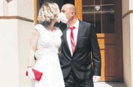 ЉУБАВ У ДОБА КОРОНЕ У ТРЕБИЊУ: Први пољубац преко маски