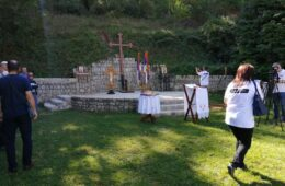 ПОМЕН ЗА 40.000 ЖРТАВА: Јадовнички крст постављен у манастиру Сланци