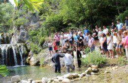 У Србу одржано несвакидашње крштење на ријеци Сребрници
