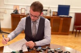 СТАНИВУКОВИЋ ЗАВОДИ РЕД: Узео све кључеве службених аутомобила (ФОТО)