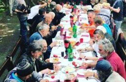 БОГ НАС ВОЛИ - Српски патријарх ручао са бескућницима, болесним малишанима подијелио поклоне