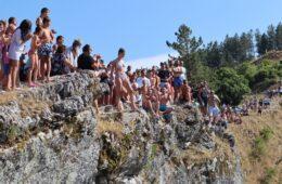 СПЕКТАКЛ У ГАЦКУ: Скокови на језеру Клиње окупили више од 700 посјетилаца (ФОТО+ВИДЕО)