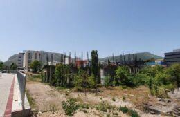 ОТИМАЊЕ СРПСКЕ ЗЕМЉЕ У МОСТАРУ: Започета градња катедрале на земљишту које Град не жели ни да врати ни да плати